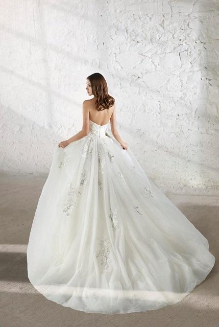 572978f47e Különleges vintage stílusú, tavaszi barackvirág ihletésű, puha tüll ruha  egyedi megjelenést biztosít a menyasszonynak!